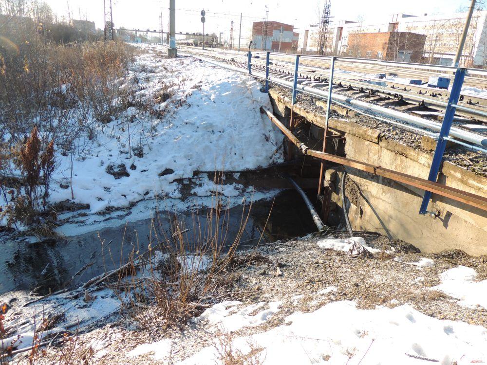 Язовая течет прямо под железнодорожный мост.