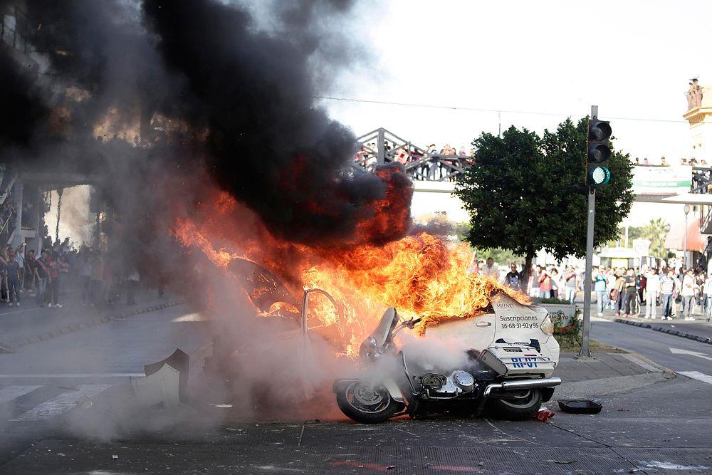 Студенты протестовали против информации генерального прокурора Мексики Хесуса Мурильо Карама, который представил сведения о том, что похищенные 26 сентября в городе Игуала учащиеся стали жертвами расправы организованной преступности. По его словам, правоохранительные органы арестовали троих бандитов из группировки Guerreros Unidos, которые сознались в убийстве группы молодых людей. Но протестующих это не успокоило.