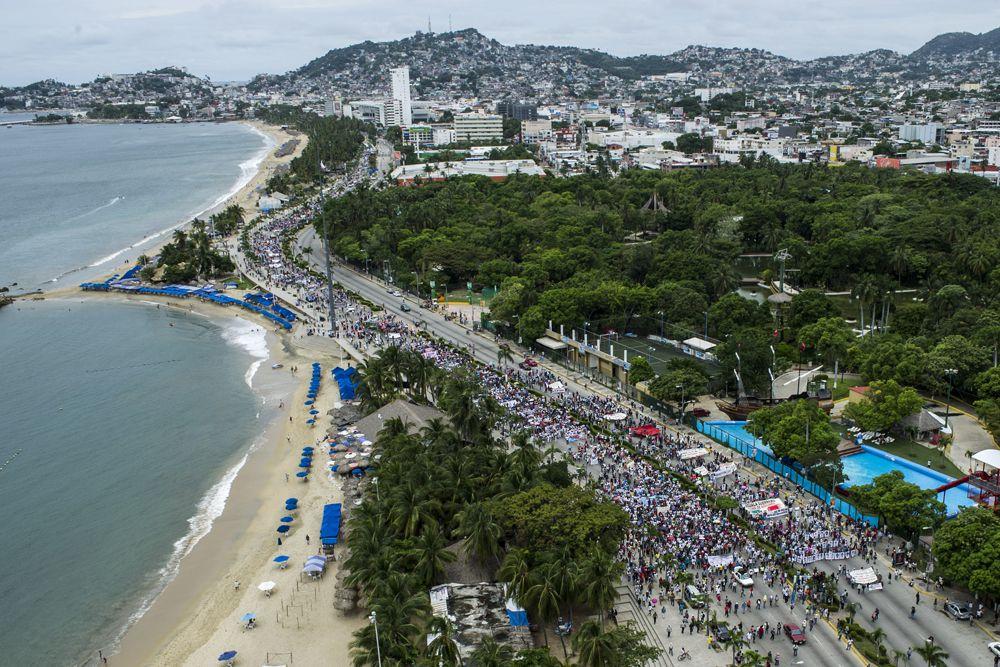 В акциях протеста приняли участие тысячи людей. Это привело к тому, что высшее руководство страны держит расследование под  контролем.