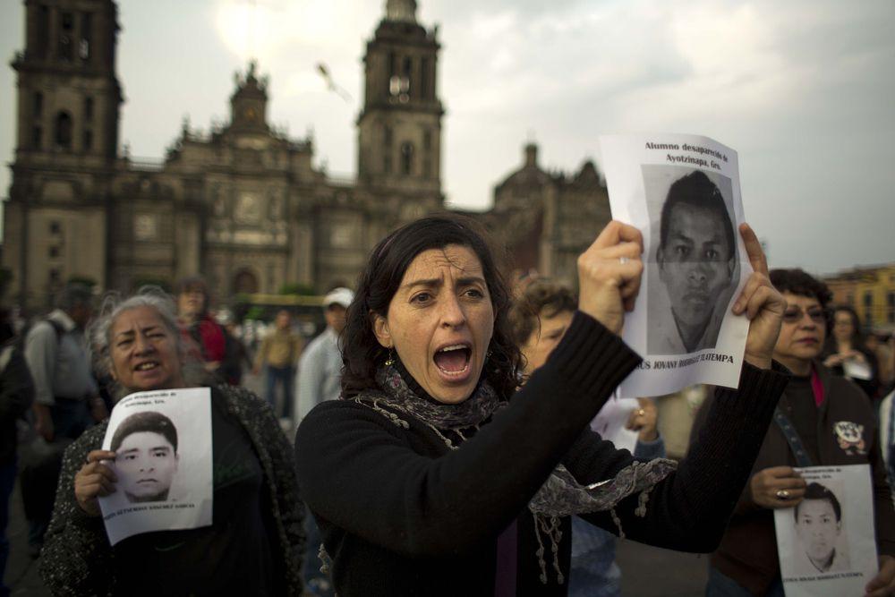 43 студента исчезли, когда направлялись на автобусе в Игуалу для того, чтобы принять участие в митинге профсоюзов против несправедливого увольнения учителей педагогического училища, находящегося вблизи столицы штата Чильпансинго.