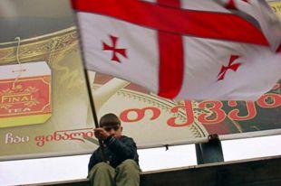 Юный сторонник Михаила Саакашвили с флагом партии «Национальное движение», возглавляемой будущим президентом Грузии, в дни «бархатной революции».