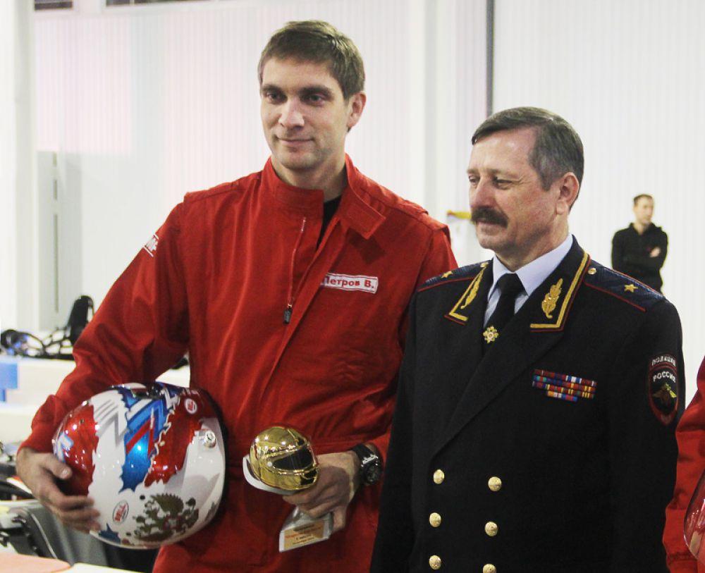 Кубок открытия «Карт Холла» победитель, Виталий Петров, получил из рук главного гаишника страны