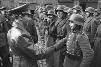 Геббельс поздравляет несовершеннолетних бойцов. 1945 год.
