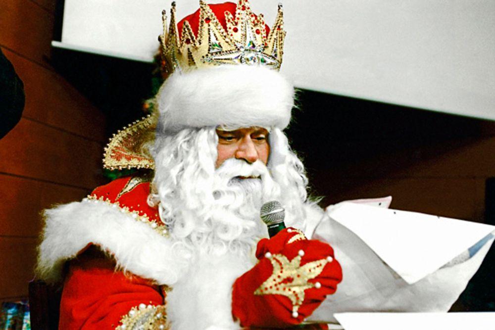 Когда в 1990-х годах в Великом Устюге появилась официальная резиденция Деда Мороза, должность главного Деда Мороза страны тоже стала официальной. Занять такой высокий пост не мог случайный человек. К тому же требовался актер крупный не только в смысле таланта, но и в смысле физических габаритов, с мощным мужским голосом и обаянием. Выбор пал на актера Дмитрия Назарова, звезду театра, также известного по многочисленным ролям в телесериалах.
