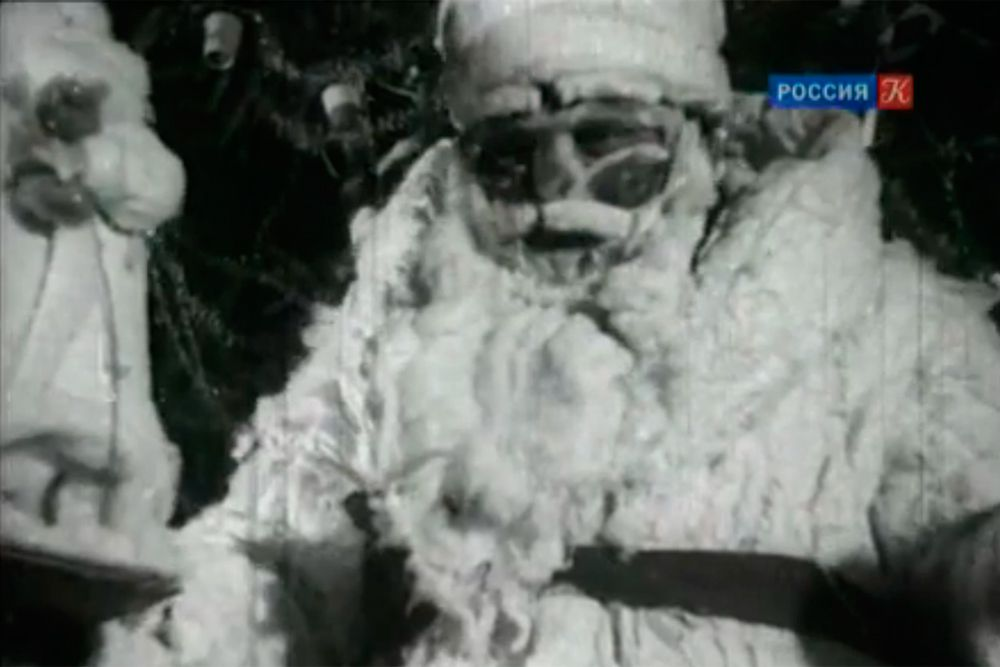 В 1929 году, как бы парадоксально не звучало, под запрет в атеистическом СССР попала елка. Руководство страны видело в ней главный символ Рождества. Лишь в 1935 году традиционное празднование Нового года вернулось в жизни россиян. Но указ вышел совсем близко к празднику, потому все делалось на скорую руку. Потому вид у Деда Мороза был слегка зловещий, а имя актера не известны.