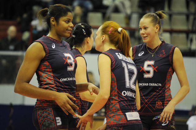 Омские волейболистки одержали уверенную победу.