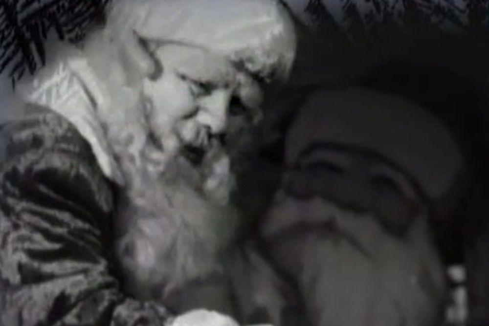 В биографии Михаила Наумовича Гаркави роль Деда Мороза явно не была главной, но именно он стал первым Дедом Морозом на первой новогодней елке в Колонном Зале Дома Союзов в 1937 году. Отработал Гаркави, как всегда блестяще, вызвав восторг у детворы и убедив власть предержащих в успешности нового начинания.