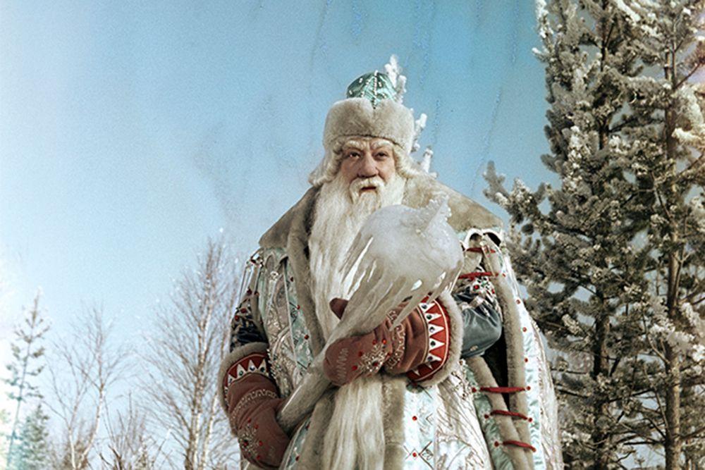 В 1964 году на экраны страны вышел фильм-сказка «Морозко», где роль зимнего волшебника сыграл актер Александр Хвыля. На его счету к тому времени значились героические роли Буденного, секретарей парткомов, образ сурового капитана Гуля из «Пятнадцатилетнего капитана» и многие другие работы. В образе Морозко Александр Леопольдович оказался настолько органичен, что наверху решили: «Лучшего Деда Мороза для елки в Кремле не найти!»