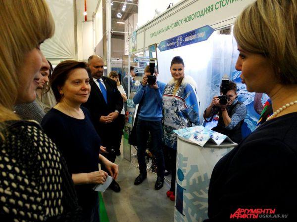 Губернатор Югры Наталья Комарова осматривает экспозицию.