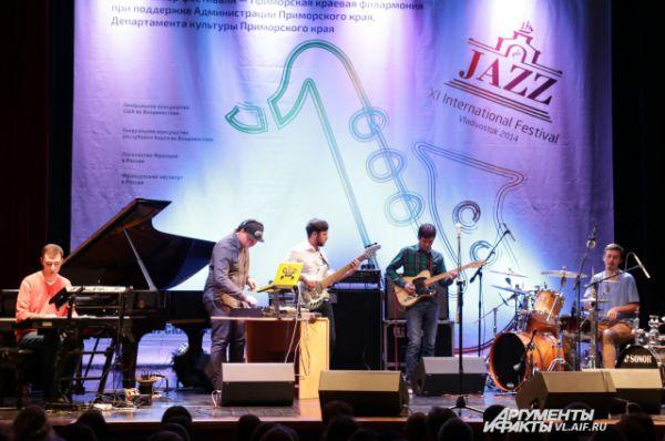 На сцене - группа из Владивостока Bordian's Lovers.