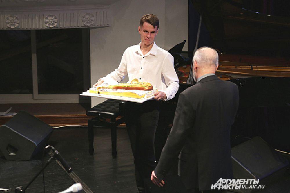 Торт с изображением саксофона вручают Михаилу Митропольскому.