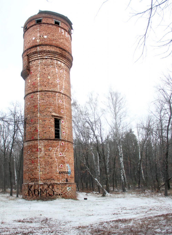 Местом «паломничества» туристов, скалолазов и просто отдыхающих давно стала заброшенная водонапорная башня, что неподалёку от грузового порта.