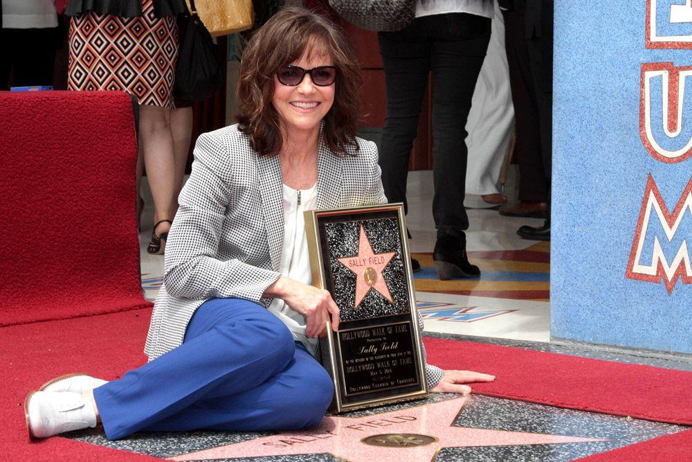 В мае 2014 года свою звезду получила Салли Филд. В случае Салли удивительно, почему ее имя появилось на «Аллее славы» так поздно. Актриса уже удостоена двух «Оскаров» за лучшую женскую роль: в 1980 и 1985 годах. Она сыграла более чем в 100 фильмах и успела поработать с выдающемися режиссерами: Робертом Земекисом и Крисом Коламбусом.