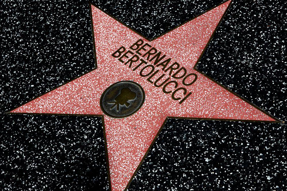 Итальянский режиссер Бернардо Бертолуччи получил звезду на голливудской «Аллее славы» 19 ноября 2013 года. Он присоединился к немногим соотечественникам — Рудольфу Валентино, Анне Маньяни, Артуро Тосканини, Энрико Карузо и Софи Лорен. Наибольшую славу в глазах американцев Бернардо Бертолуччи получил благодаря фильму «Последний император», который был удостоен девяти «Оскаров» в 1987 году, в том числе за лучшую режиссуру.