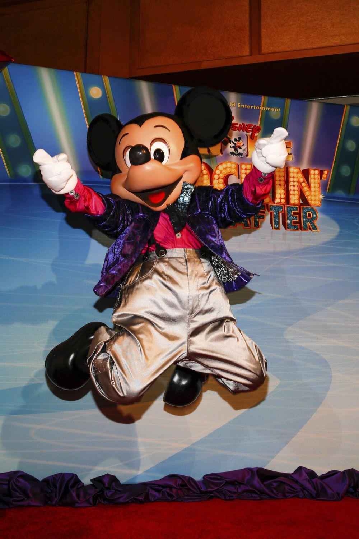 Микки Маус не всегда носил белые перчатки. Этот атрибут ему нарисовали только через год после презентации мультфильмов с ним. Мышонок появляется в перчатках в ленте The Opry House (1929 год)