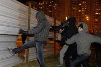 Активисты пытаются свалить забор