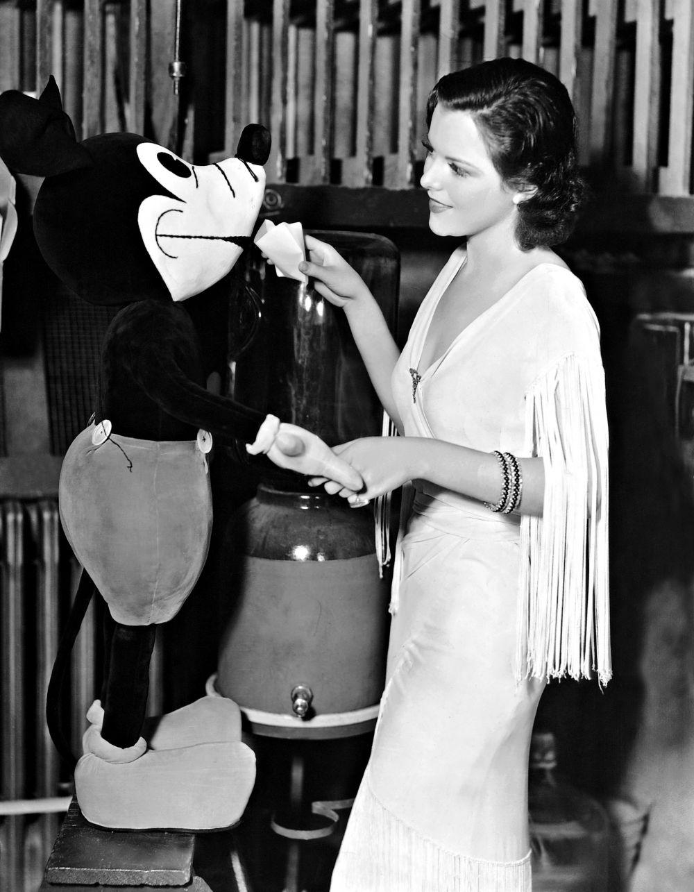 Ежегодно мультфильмы с Микки Маусом приносят компании The Walt Disney около 6 $млрд