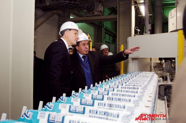 Губернатор Владимир Городецкий осматривает новое производство.