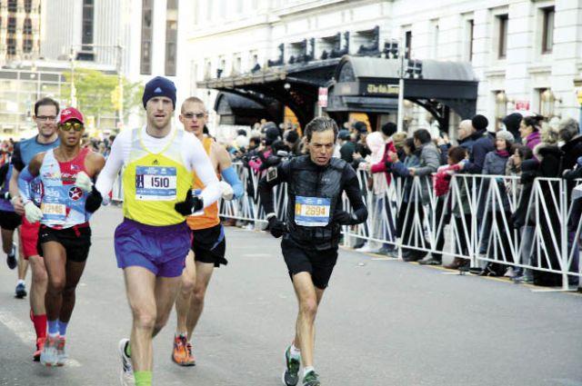 50, 5 тыс. человек финишировали в забеге. В центре - Сергей Овсянников.
