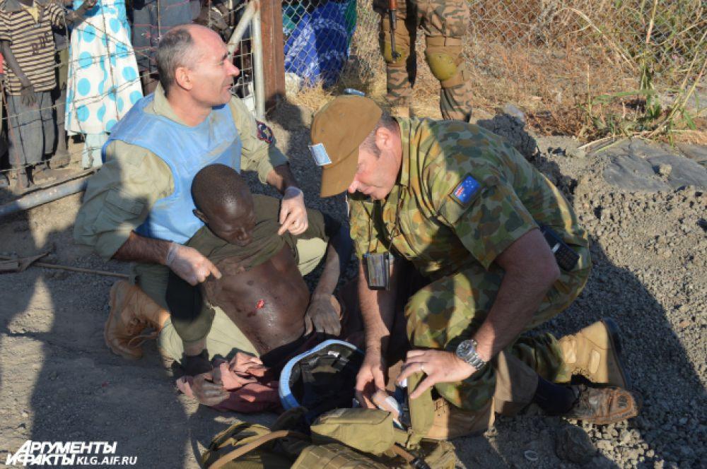 Этого беженца ранили во время попытки пересечь границу. Фостов с коллегой оказал ему первую помощь.
