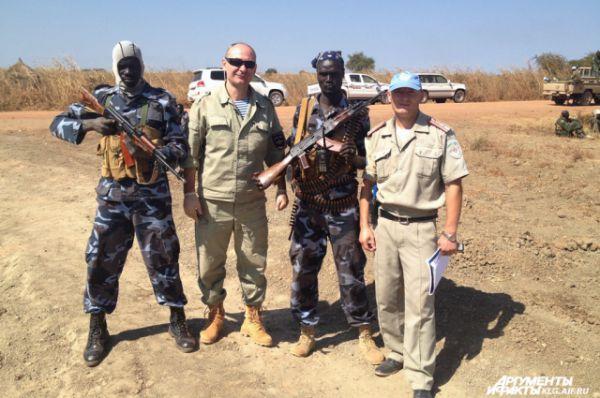 Андрей Фостов (второй слева) в Африке бывал с 2001 года.