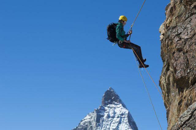 Маттерхорн - самая популярная вершина Швейцарии - привлекает как альпинистов, так и обычных туристов.