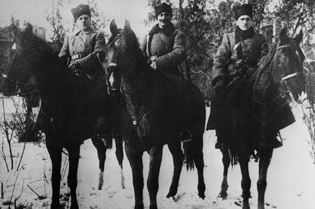 Командиры I Конной армии Климент Ефремович Ворошилов, Семен Михайлович Буденный и Сергей Константинович Минин (слева направо). Екатеринослав (Днепропетровск), декабрь 1920 года.