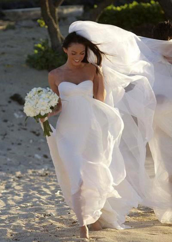 Меган Фокс – белое платье без бретелек от Армани
