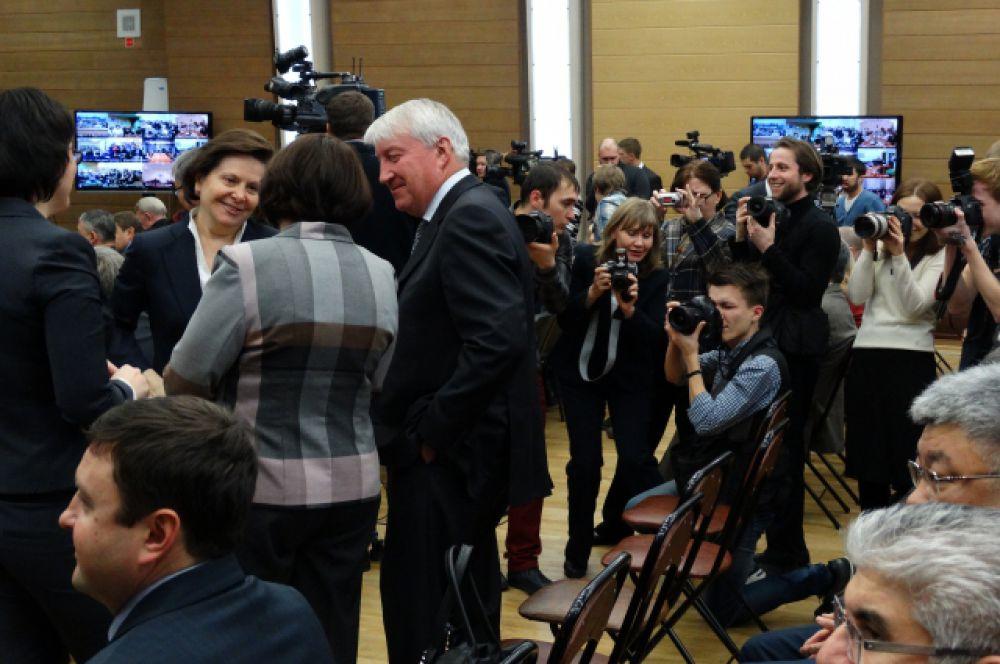 Перед началом обращения Наталья Комарова общалась с присутствующими под прицелом прессы.