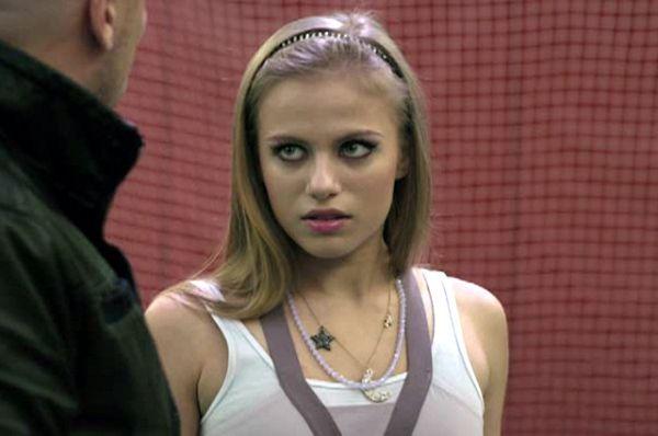 Виктория Клинкова играет Алена Лазукова «Пупок». Блондинка, первая красавица в классе, влюблена в Борзого, строит козни Саше.