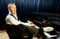 Денис Мажуков демонстрирует свой коронный приём - играет ногой на рояле.