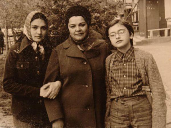 Сестры Сумские с мамой