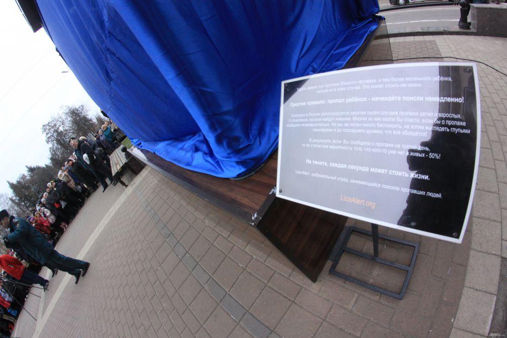 В открытии памятника приняли участие волонтёры отряда.