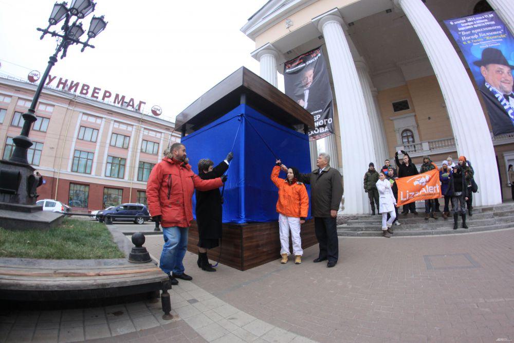Памятник открыли заместитель губернатора Брянской области Александр Жигунов и заместиетль главы Брянской горадминистрации Людмила Гончарова.