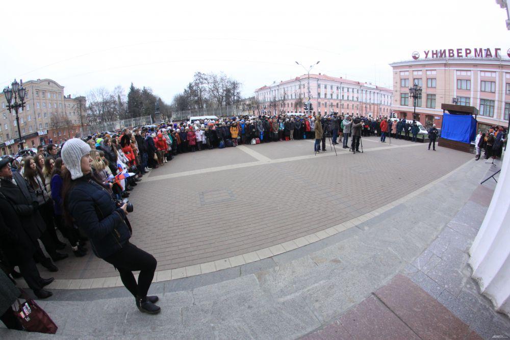 В Брянске состоялась торжественная церемония открытия Памятника пропавшим детям на Театральной площади.