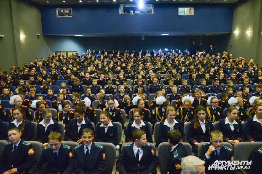 Под несмолкающие аплодисменты в зал вошли несколько десятков кадетов из города героя Севастополя. Молодые гости только начали служить своему новому отечеству.