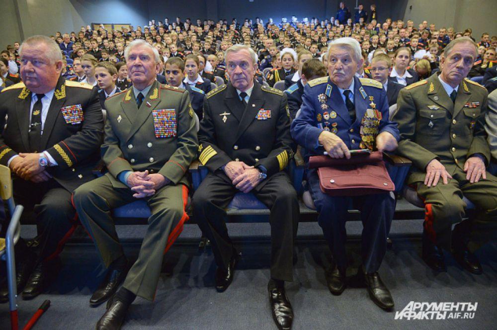 Под гимн страны ребята встретили гостей  заслуженных ветеранов, таких как Моисеев М.А, и действующих адмиралов Хмельнова И.Н и Кравченко В.А.
