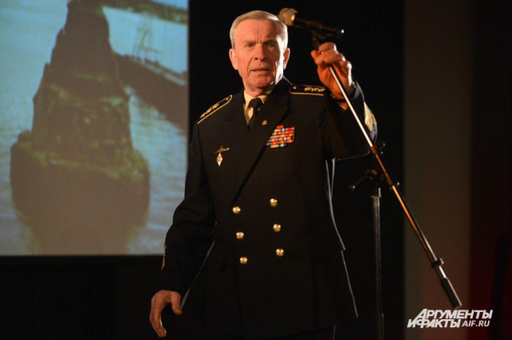 На сцене появлялись всё новые и новые выступающие, звучали истории и стихи о Суворове, подвигах белогвардейцев, и тех, кто оборонял полуостров в 1941 году.