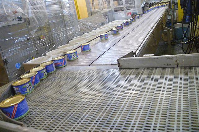 Готовая продукция движется к цеху упаковки.