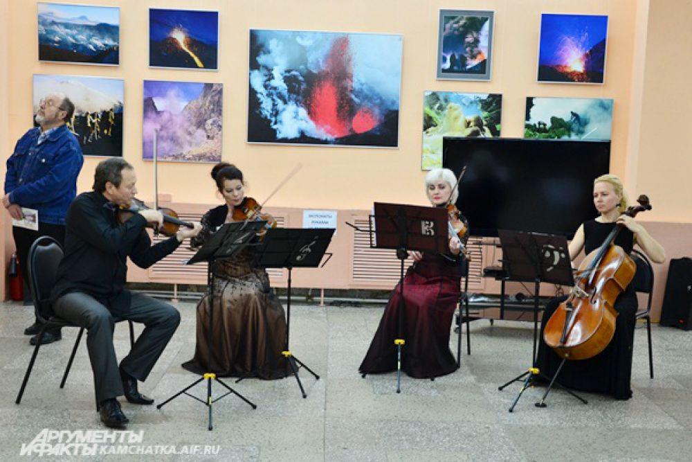 Чарующей музыкой гостей встречал виртуозный квартет Камчатского камерного оркестра под руководством Александра Гилева.