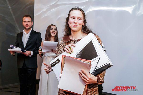 Обладательнице гран-при конкурса вручили ноутбук.