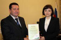 На фото: Ульяна Варич вручает Алексею Зимину «Сертификат партнера».