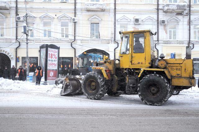 Снег в Омске убирали 330 снегоуборочных машин.