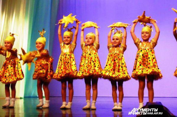 Юные солнышки из владивостокского ансамбля «Феерия» зажгли в сердцах зрителей радость, а на лицах улыбки