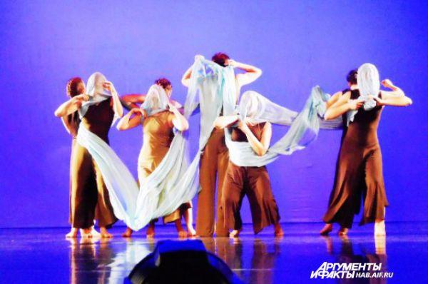Нашлось на сцене место и для танцев со смыслом. Хабаровская студия «Трафик» показала в движении сломанную Вселенную
