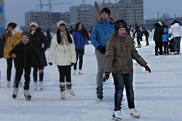 Зима - время кататься на коньках.