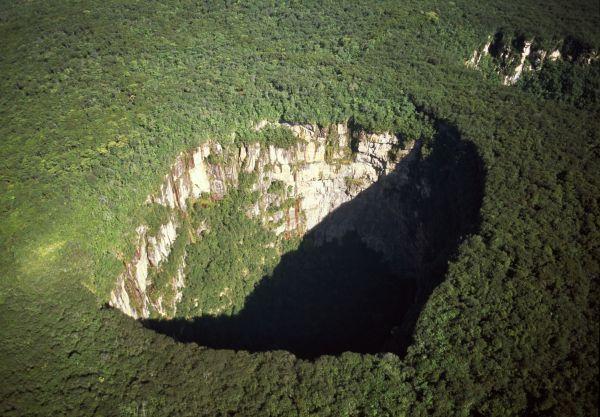 В Венесуэле находится плато Сарисаринама, вмещающее в себя сразу несколько провалов диаметром до 350 м и глубиной до 350 м.