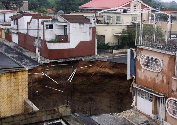 В Гватемале в 2010 году образовалась самая большая черная дыра идеальной круглой формы, поглотившая здание швейной фабрики.