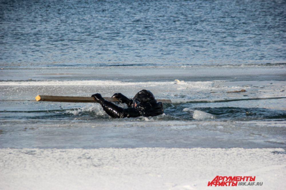 4.Интенсивно дрыгать ногами и пытаться занять горизонтальное положение, насколько это возможно. При этом нужно стараться использовать верхнюю часть туловища, чтобы выбраться на лед.