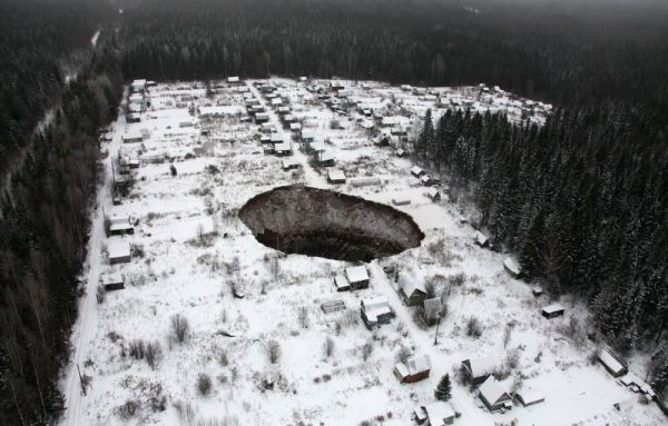Место, где произошел провал в Соликамске, находится за городом, на территории садовых участков, никто из людей не пострадал.